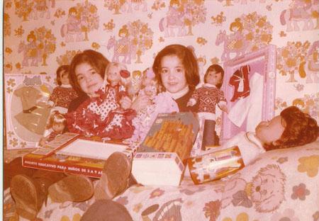 Maria José y Mabel pequeñitas con Nancy flamencas