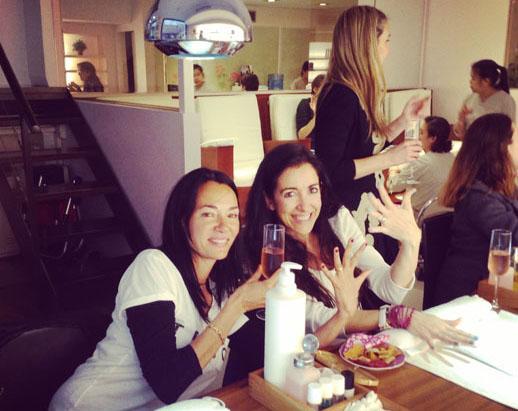 Con Yolanda de Miximoms haciendonos una manicura